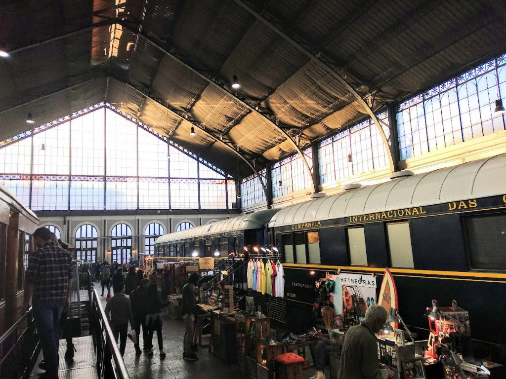 Mercado de motores dentro museo ferrocarril