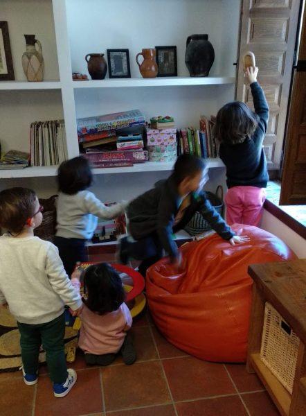 imagen de niños jugando en el salón comunitario