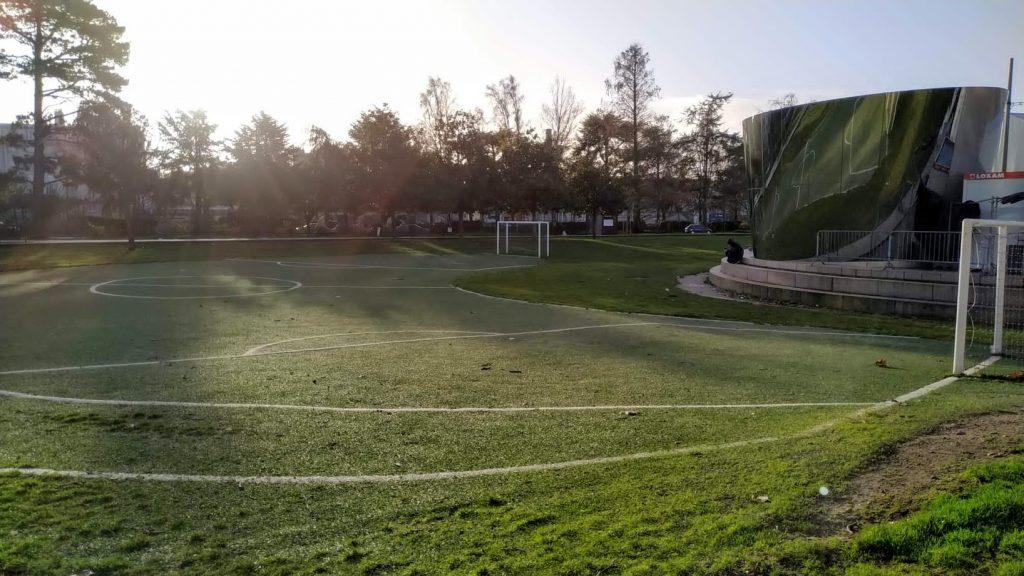campo de futbol en curva