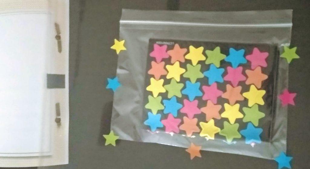 bolsita pegada a modo bolsillo con pegatinas de estrellas dentro