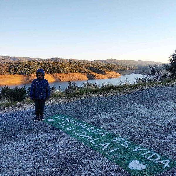 niño con pintada en el suelo respeta la naturaleza