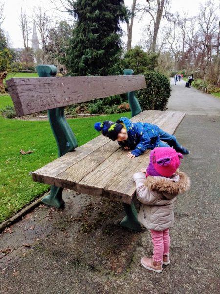 banco gigante de madera y niños intentando subir Nantes en dos días con niños