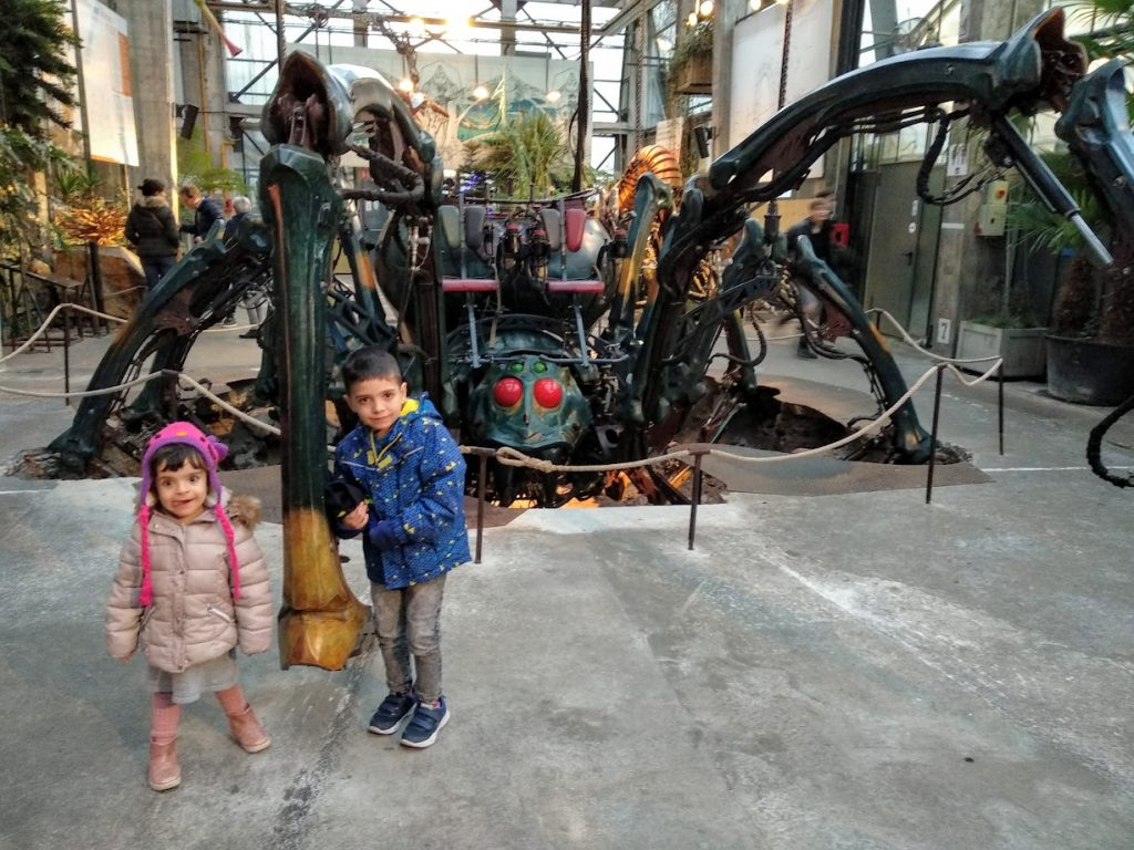 niños con la araña mecánica