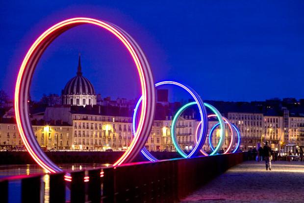 Los anillos iluminados de noche