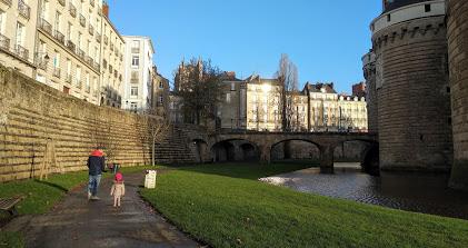 Paseo exterior del castillo