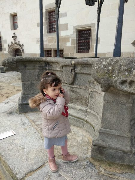Castillo de los duques de Bretaña  la peque disfrutando de la audioguia junto al pozo