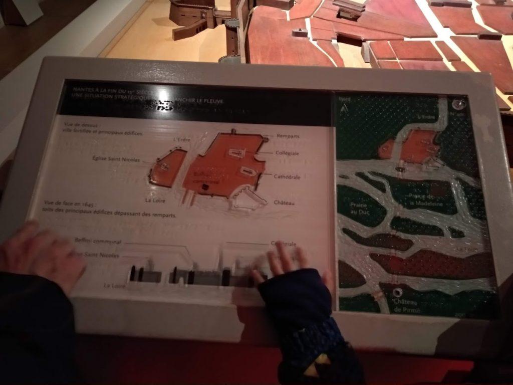 Castillo de los duques de Bretaña Cartel con interpretación en braille