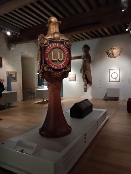 Objetos varios en sala de museo