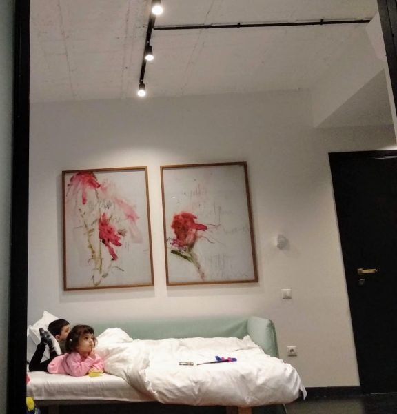 atenas con niños habitación de hotel con los niños en la cama descansando
