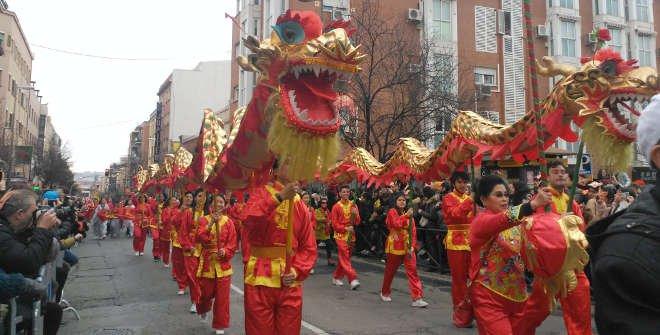 dragón chino durante desfile
