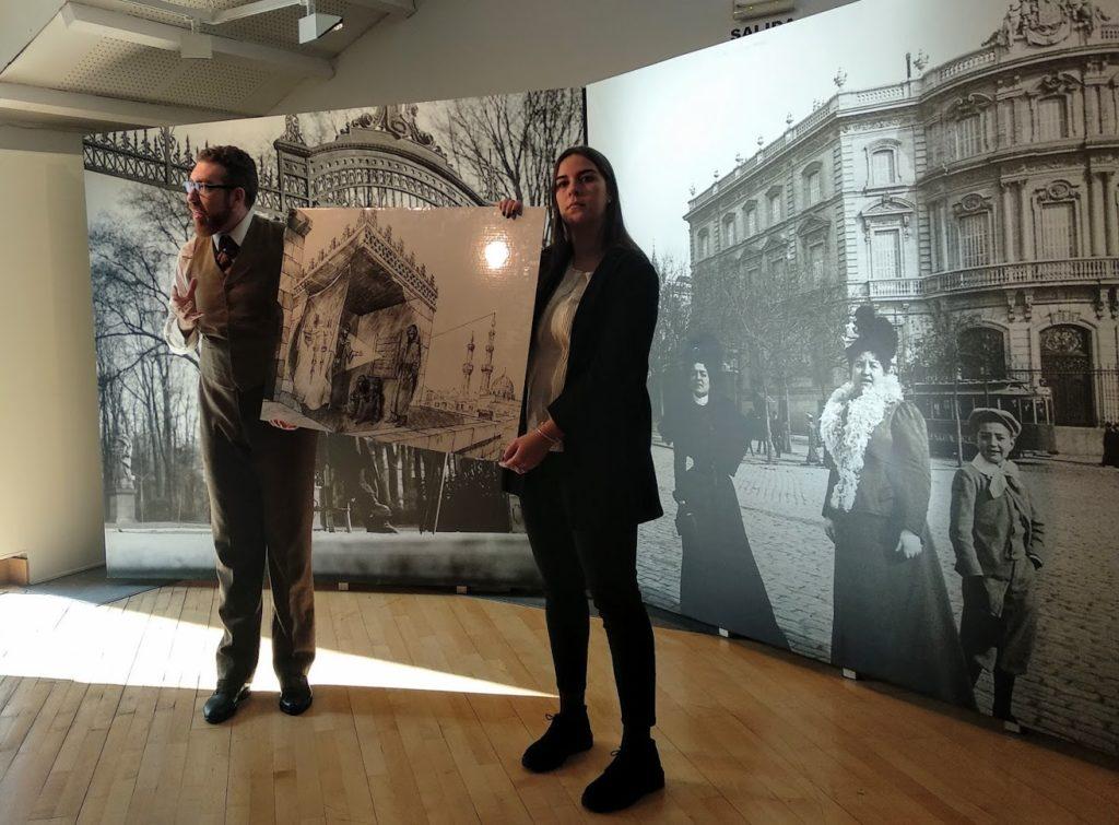 El fotógrafo y la monitora exponen una foto de como funcionaba la cámara oscura.