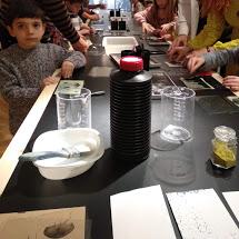 niño en mesa con material variado de revelados