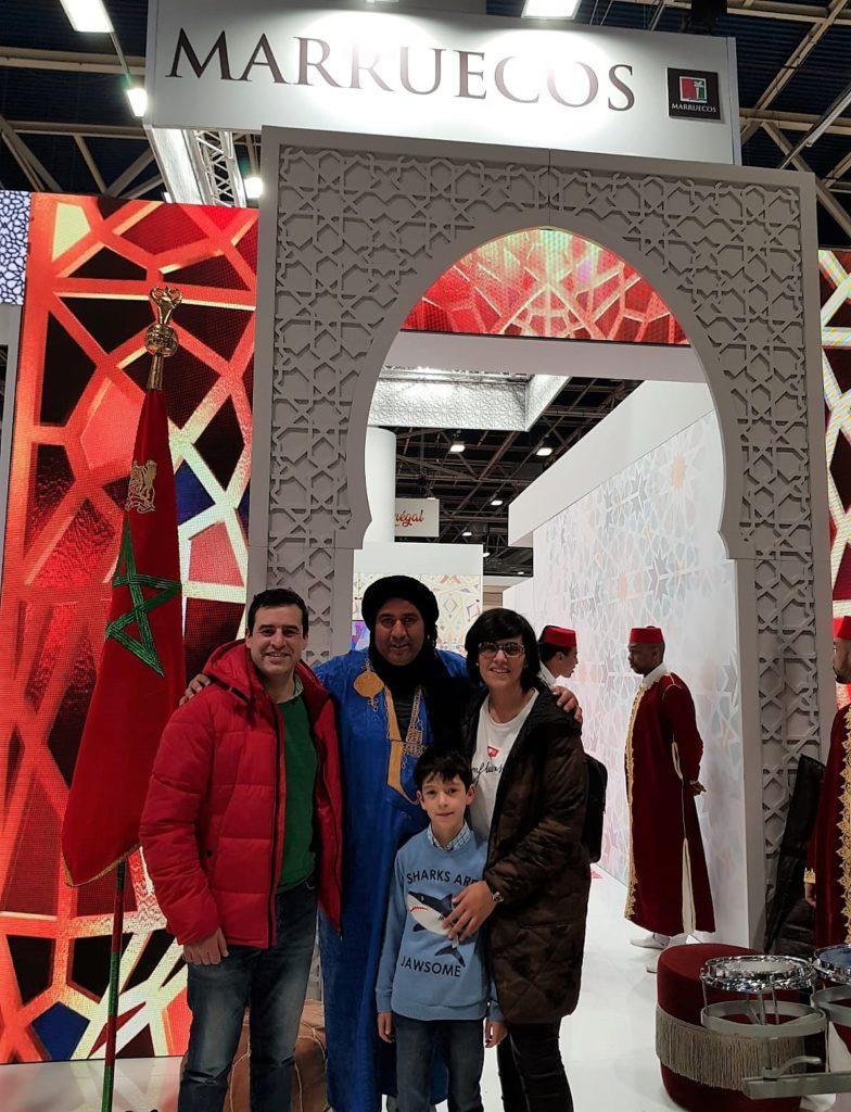 La familia de 3 con la maleta a cuestas en el stand de Marruecos.