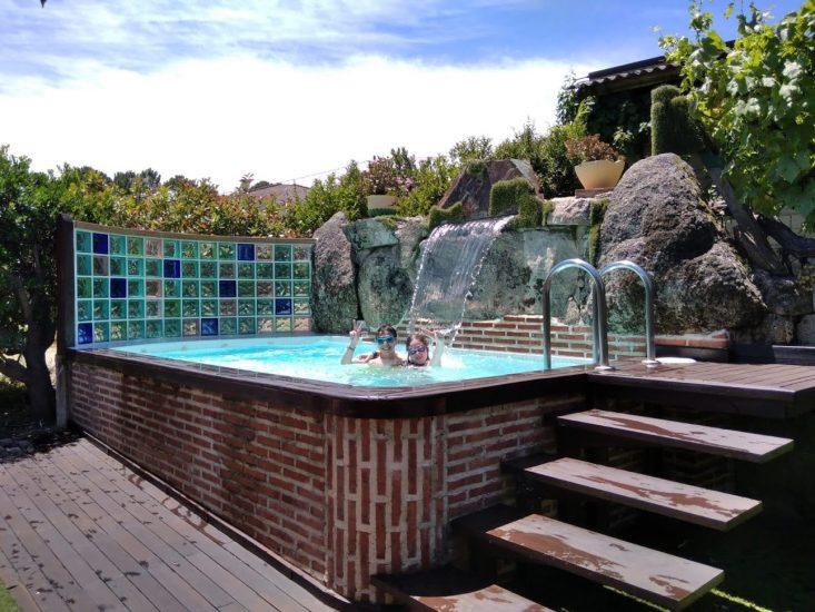 Disfrutando de la piscina en Casa Riata