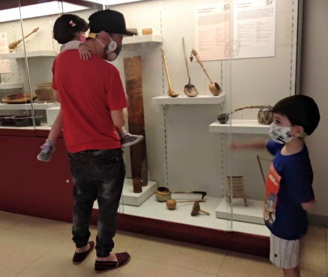 Museo Nacional de Antropología con niños, viendo unas vitrinas de instrumentos
