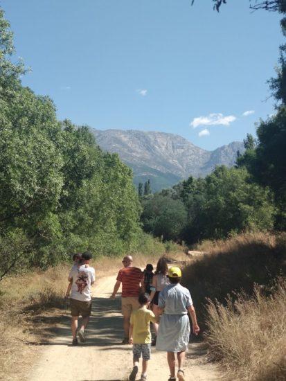 Grupo de familia andando por la senda, desde la abuela a la pequeña en brazos