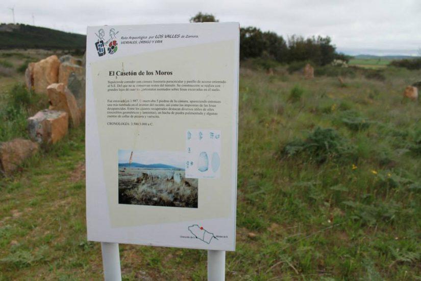 Cartel explicativo del El Casetón de lo Moros en el yacimiento