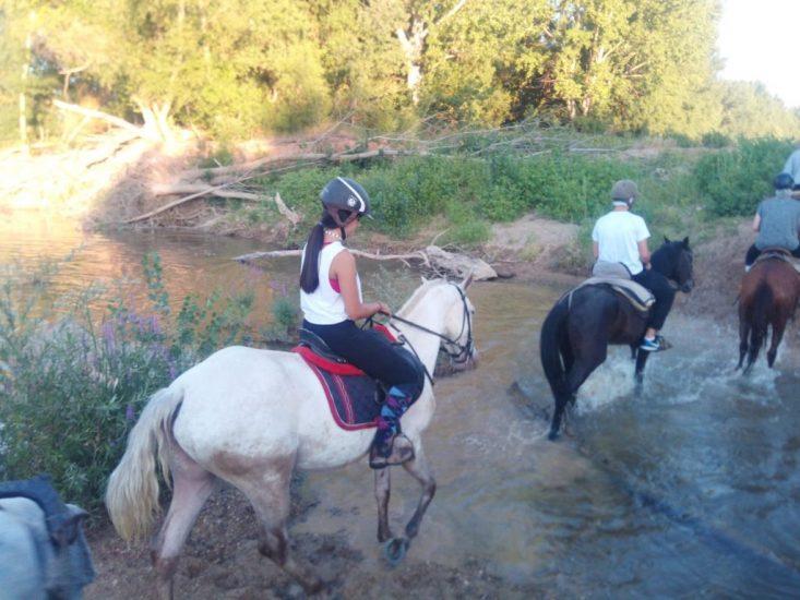 Imagen de grupo a caballo cruzando el rio