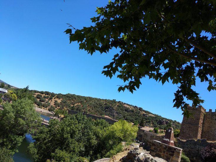 vista del castillo y parte de la muralla