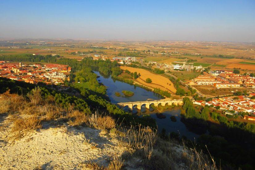 Desde lo alto de la senda se observa el pueblo dividido por el río y el puente medieval
