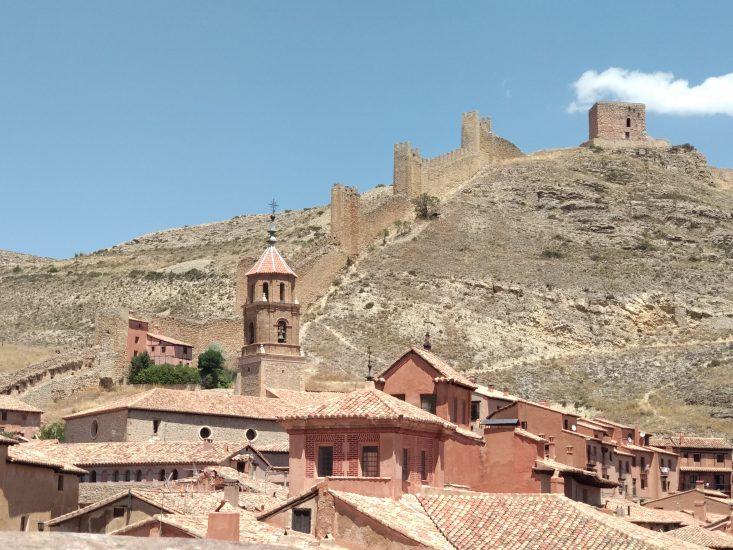 La muralla trepando por la ladera