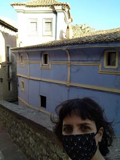 selfie con la casa azul y mascarilla