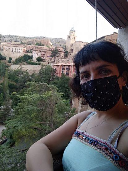 Yo en la ventana del Casino, al fondo en alto panorámica del pueblo colgando de la ladera
