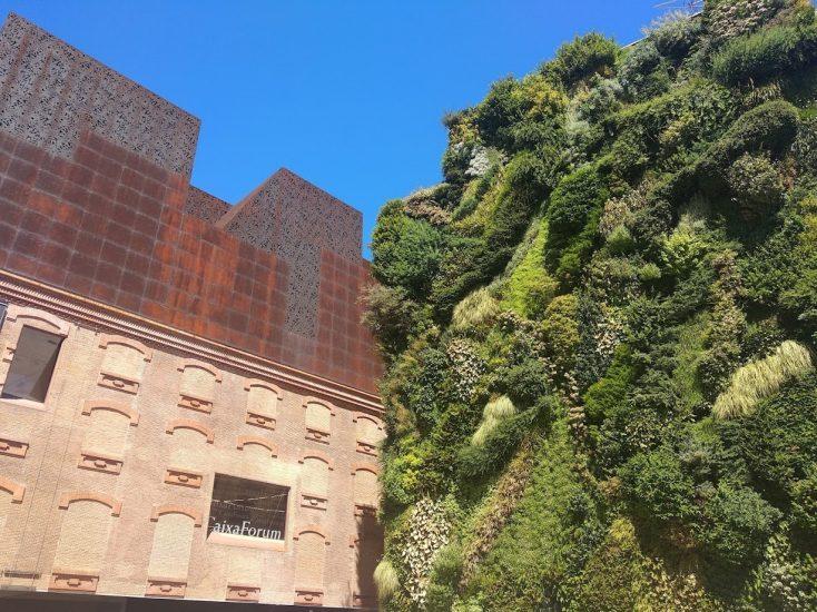 exterior del caixa forum y su jardín vertical