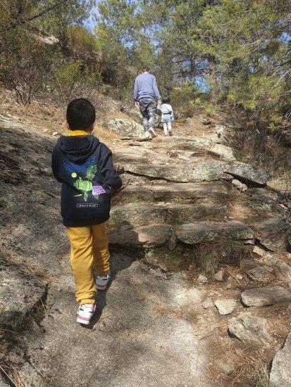 Senderismo con niños,niños subiendo la escalera