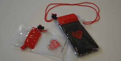 Funda impermeable para móvil con cordón para colgar y logotipo de menudos corazones
