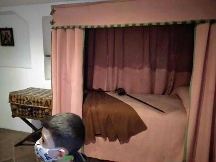 Imagen de la cama con espada y capa de soldado
