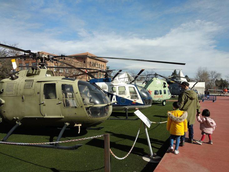 Viendo los helicópteros en el exterior