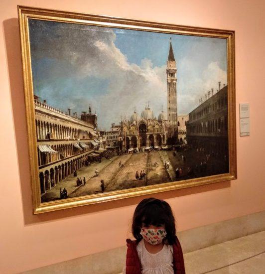 La peque delante de un cuadro de Venecia