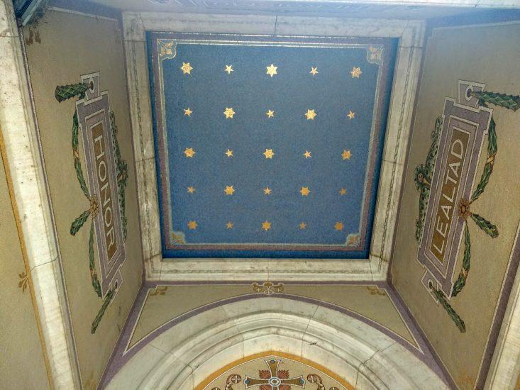 Entrada al Panteón de los hombres ilustres. Techo con inscripciones de honor y lealtad