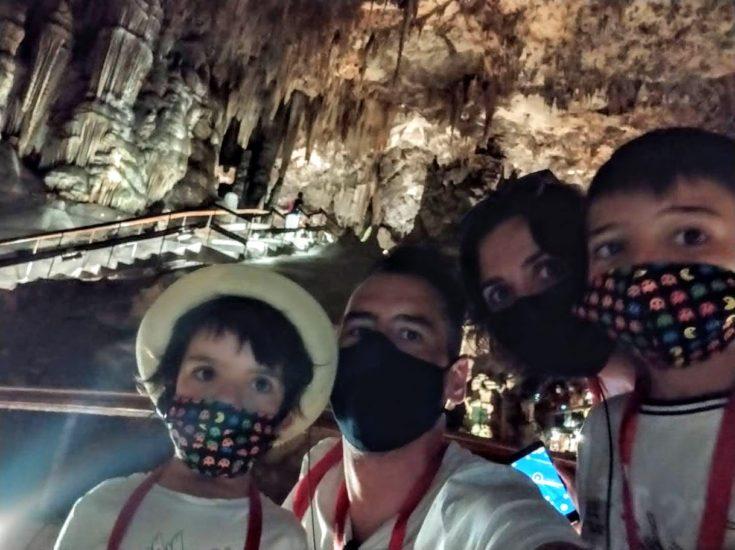 selfie de los cuatro en la oscuridad de la cueva