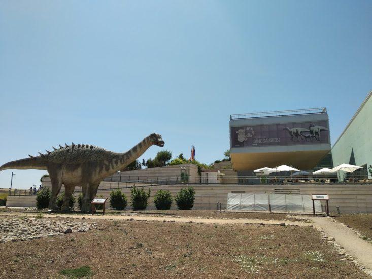 Entrada al museo con dinosaurio delante