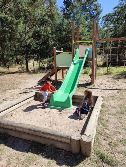 Dos niñas en el parque de la zona de recreo